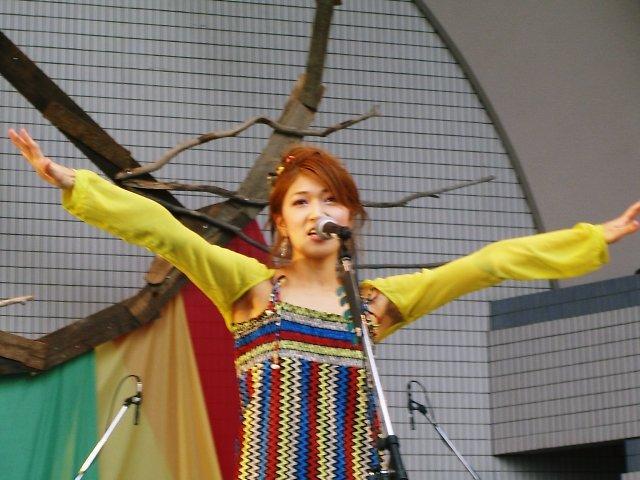 ボニーピンクがアースデイ東京2006のアースデーコンサートに参加し生ライブの歌とギターの演奏を披露したときの写真を見られるホームページを紹介します。BONNIE PINK:Earth Day Tokyo 2006 LIVE Concert Photo